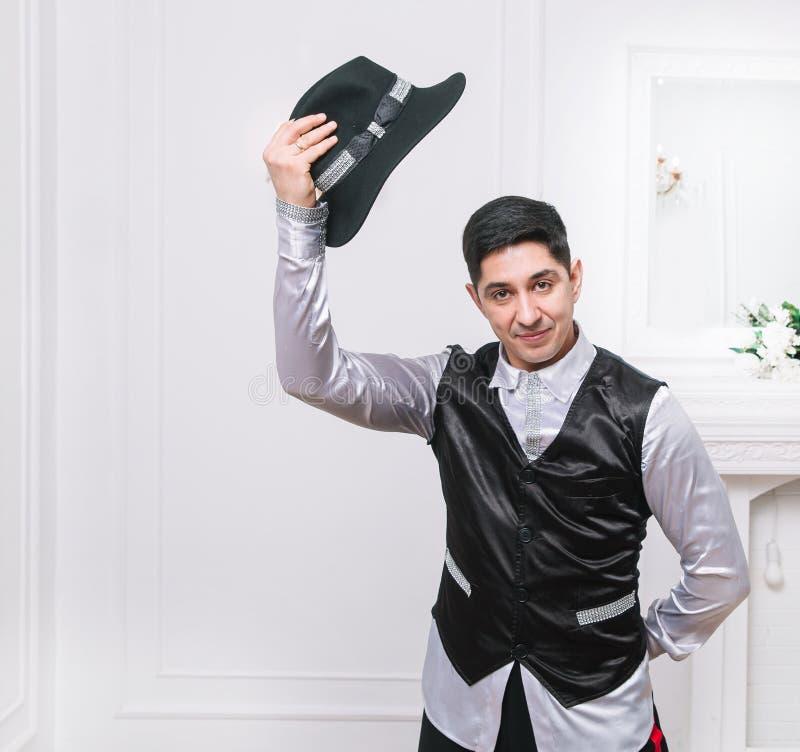 De mannelijke acteur neemt zijn hoed af en groet je royalty-vrije stock foto