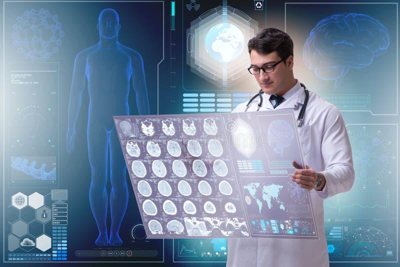 De mannelijke arts die resultaten van het aftasten van hersenenmri bestuderen stock foto