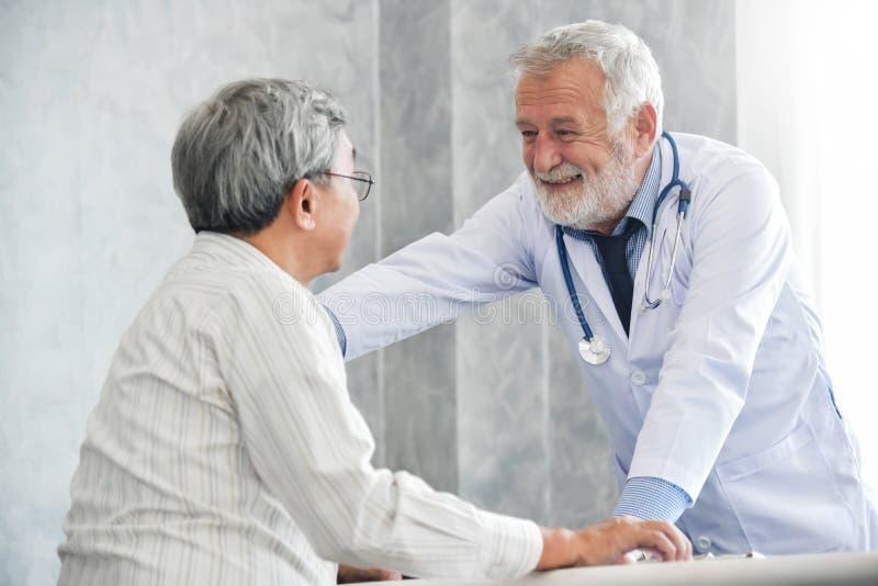 De mannelijke arts troost mannelijke patiënt royalty-vrije stock afbeelding