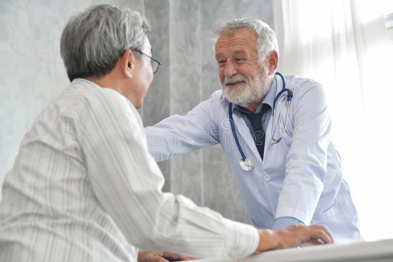 De mannelijke arts troost mannelijke patiënt stock afbeelding