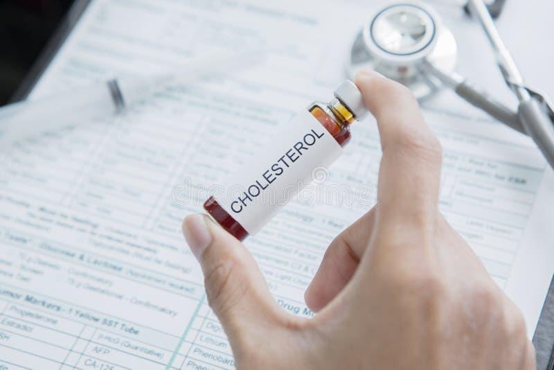 De mannelijke artsenhand houdt drug voor Cholesterol stock foto