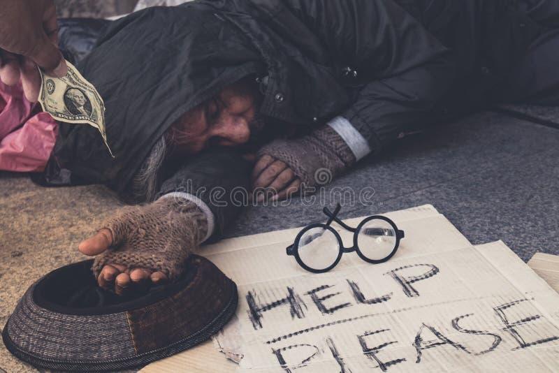 De mannelijke Bedelaar, Dakloze hongerige mens toont hem hand wil geld van voedsel bij gangstraat in de stad, geven de Vriendelij royalty-vrije stock foto's