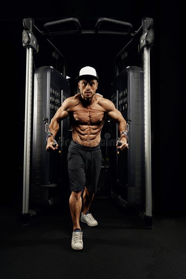 De mannelijke bodybuilder die hoge oefening van de kabeloversteekplaats doet royalty-vrije stock foto