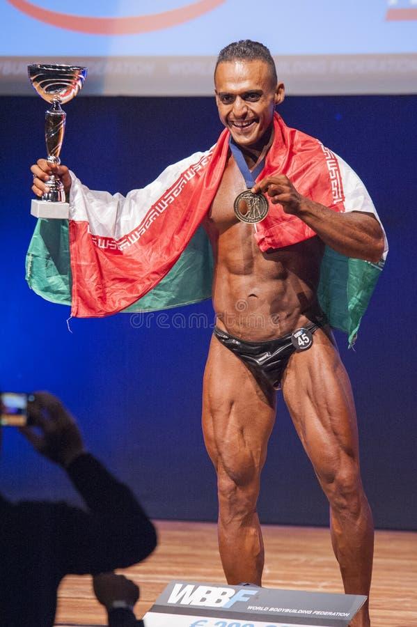 De mannelijke bodybuilder viert zijn kampioenschapsoverwinning op stadium royalty-vrije stock foto