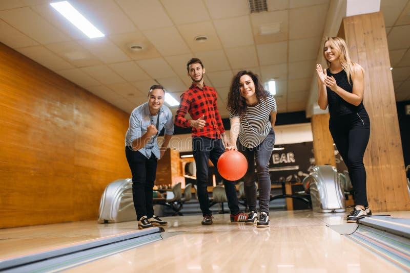 De mannelijke bowlingspeler werpt bal, werpend in actie royalty-vrije stock afbeelding