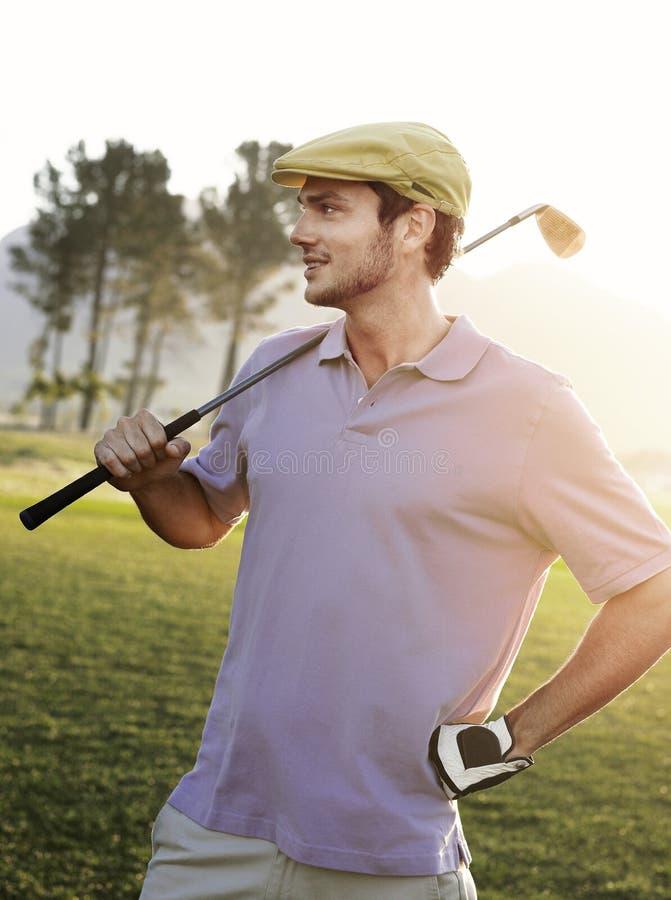 De mannelijke Club van de Golfspelerholding op Golfcursus stock afbeeldingen