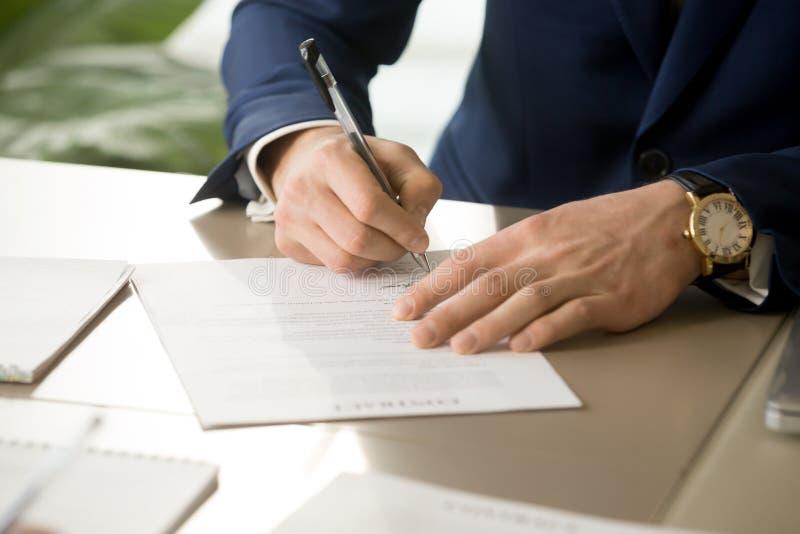 De mannelijke hand die handtekening op contract zetten, die document ondertekenen, sluit royalty-vrije stock afbeelding