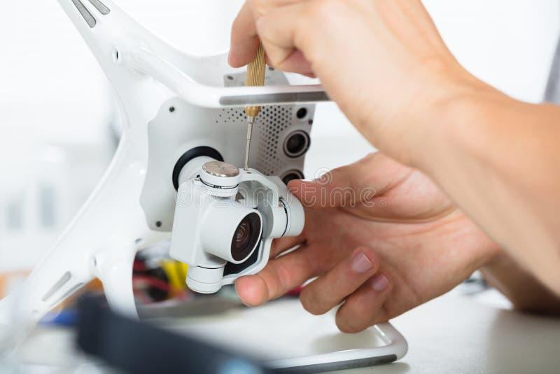 De mannelijke Hand die van ` s Actiecamera op Quadrocopter-Hommel herstellen royalty-vrije stock fotografie