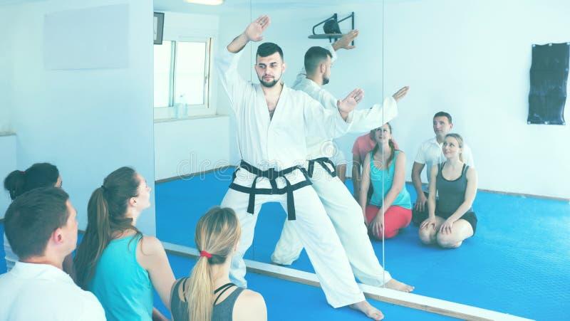 De mannelijke karateinstructeur toont de technieken royalty-vrije stock foto