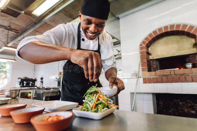 De mannelijke Keuken van Chef-kokpreparing salad in royalty-vrije stock foto