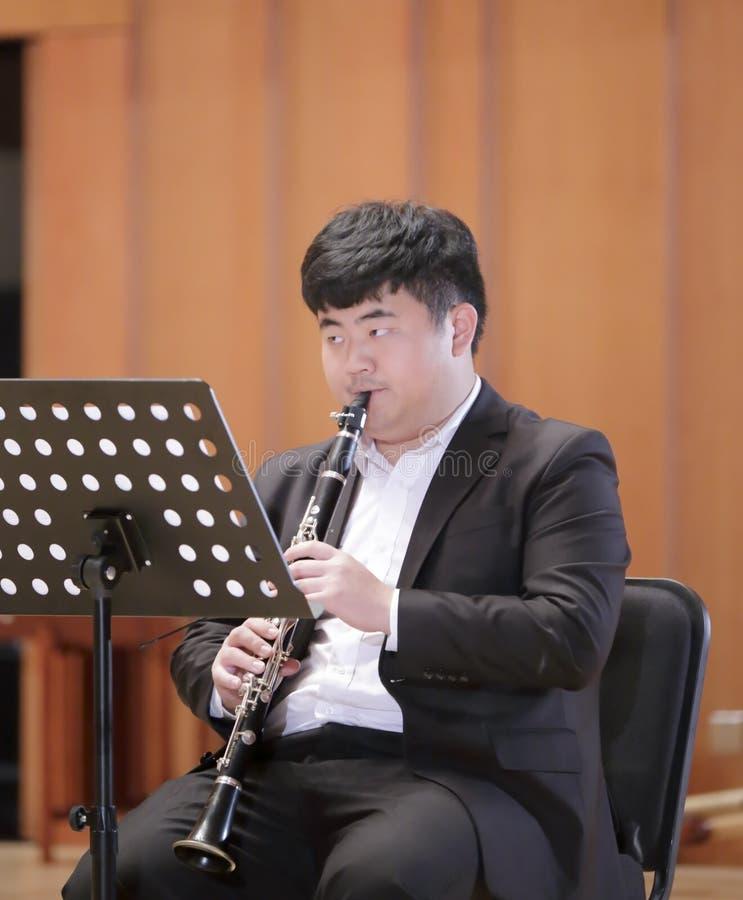 De mannelijke klarinet van het studentenspel royalty-vrije stock afbeelding