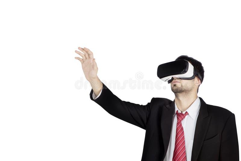 De mannelijke manager draagt virtuele werkelijkheidsbeschermende brillen op studio royalty-vrije stock foto's