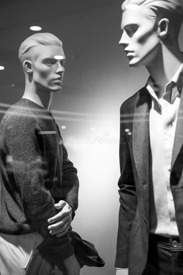 De mannelijke manierledenpop in de boutiqueshowcase draagt modieus royalty-vrije stock foto