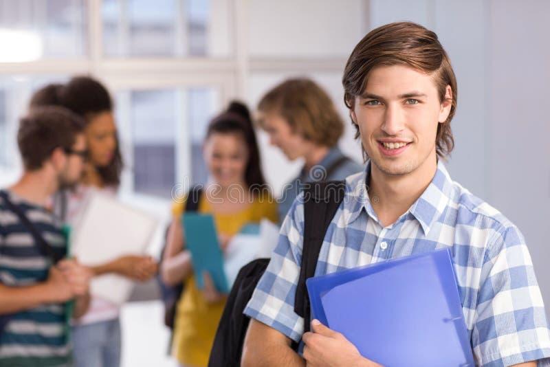 De mannelijke omslag van de studentenholding in universiteit stock afbeelding