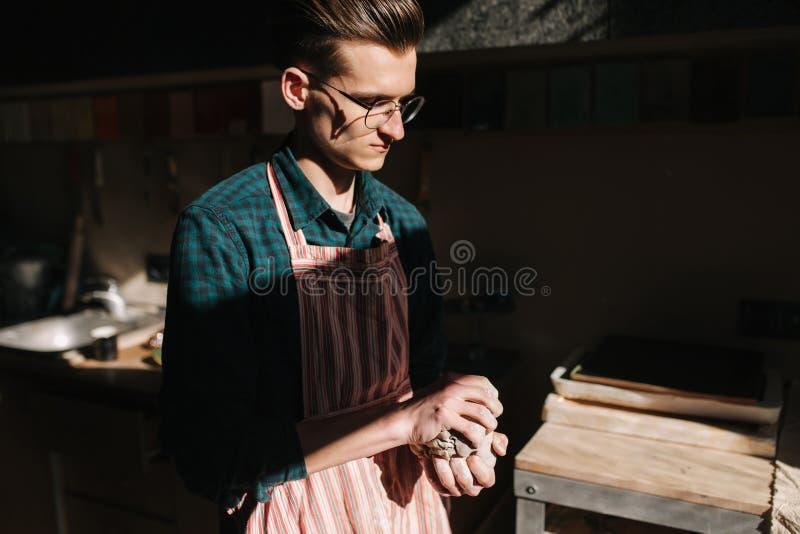 De mannelijke pottenbakkerswerken met klei Hand van de mens die ceramisch product creëren stock foto