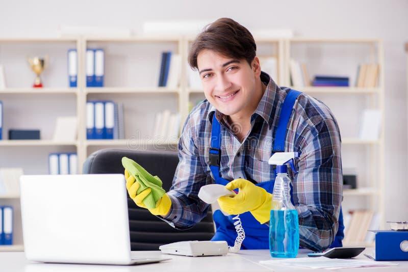 De mannelijke reinigingsmachine die in het bureau werken royalty-vrije stock fotografie