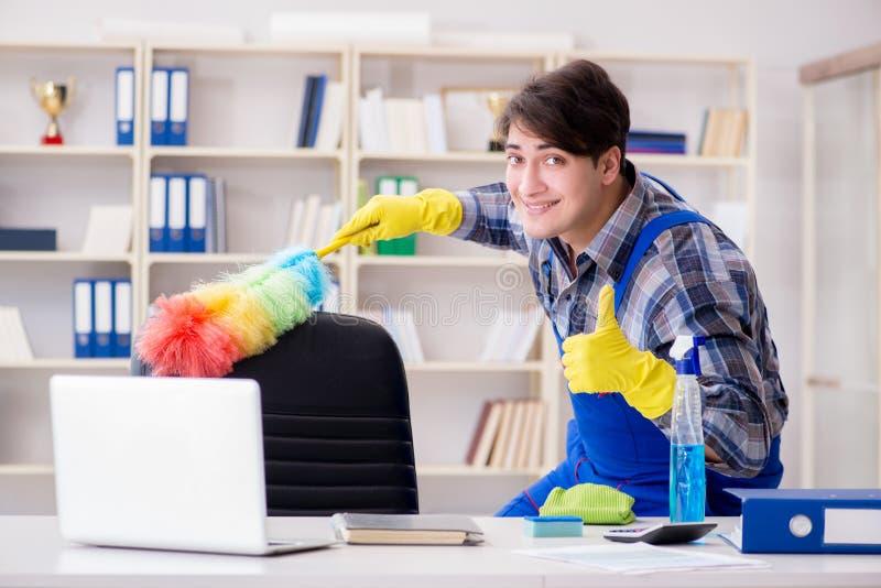 De mannelijke reinigingsmachine die in het bureau werken royalty-vrije stock foto's