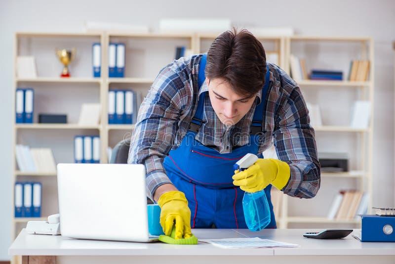 De mannelijke reinigingsmachine die in het bureau werken stock afbeeldingen