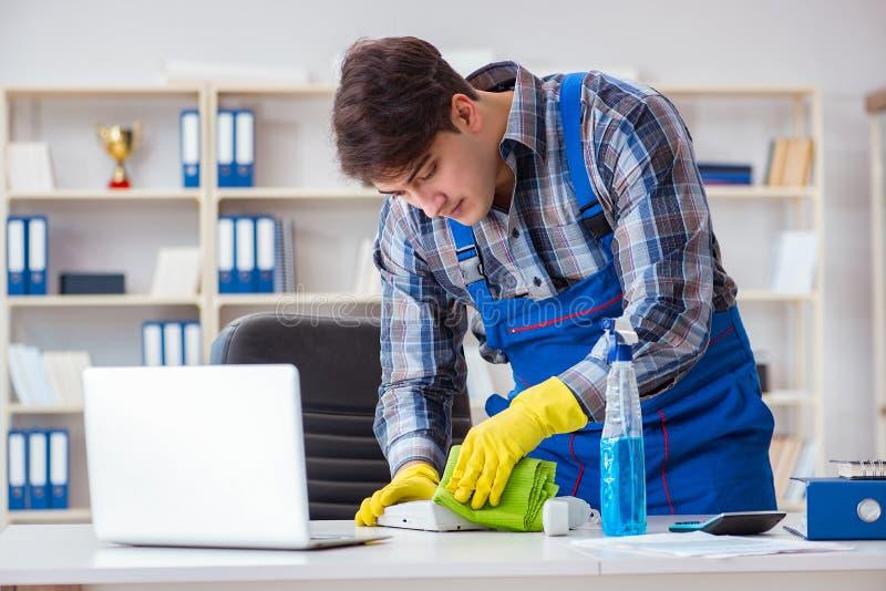 De mannelijke reinigingsmachine die in het bureau werken royalty-vrije stock afbeeldingen