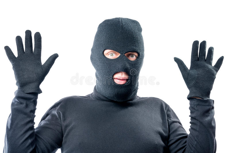 De mannelijke rover steunde zijn handen, in zwarte kleren stock afbeelding