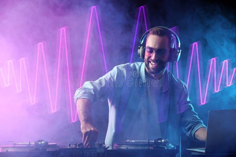 De mannelijke speelmuziek van DJ in club royalty-vrije stock afbeelding