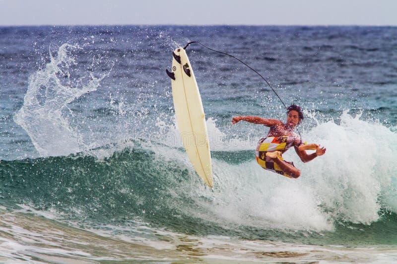 De mannelijke Surfer doet Hawaï teniet royalty-vrije stock afbeelding