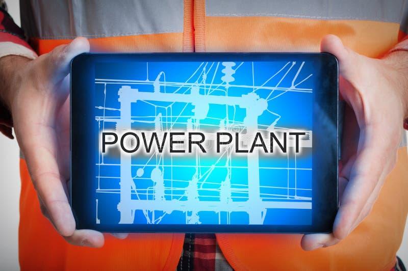 De mannelijke tablet van de elektricienholding met elektrische centrale royalty-vrije stock foto's