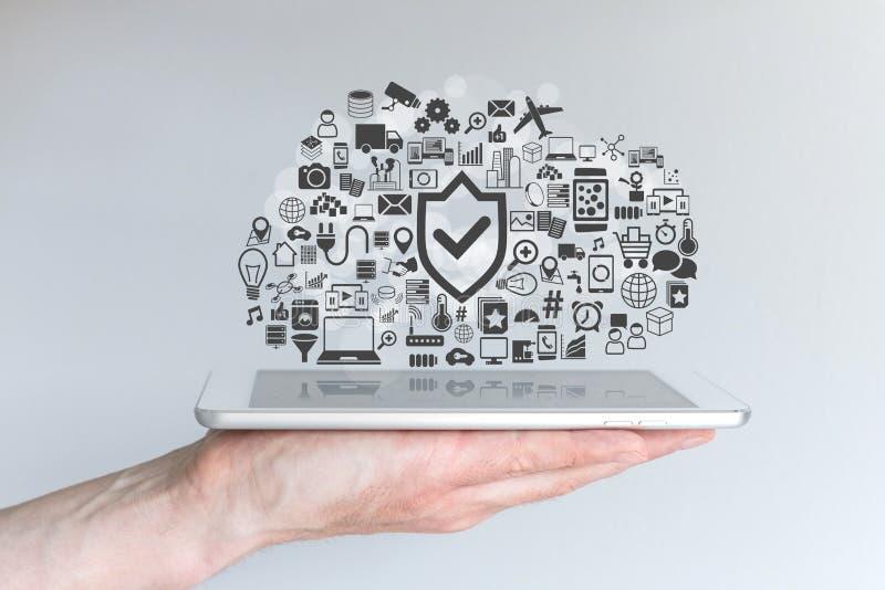 De mannelijke tablet van de handholding Concept wolk gegevensverwerkingsveiligheid en mobiele gegevensverwerking royalty-vrije stock foto