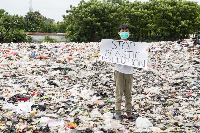 De mannelijke tiener houdt teksten van de einde de plastic verontreiniging royalty-vrije stock foto's