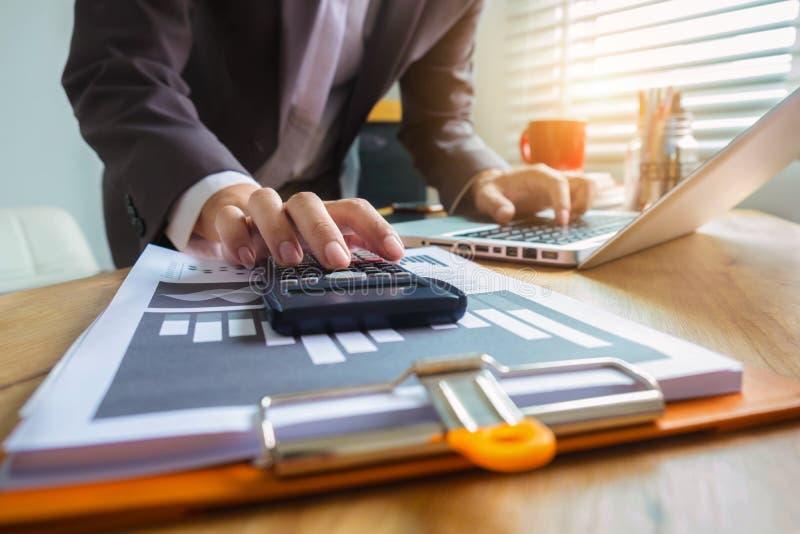 De mannelijke zakenman berekent financials royalty-vrije stock fotografie