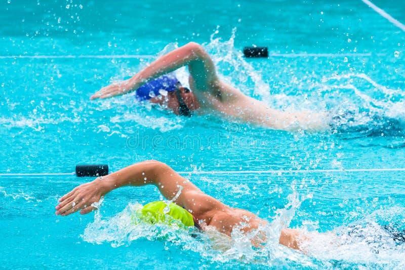 De mannelijke zwemmers die in vrij slag concurreren strijken royalty-vrije stock foto's