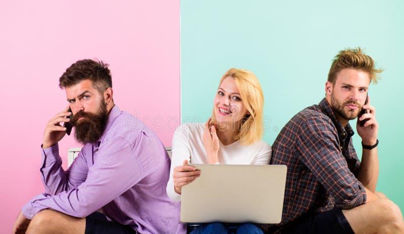 De mannen en de vrouw hebben overal toegang tot Internet van De moderne samenleving kan het geen leven zonder Internet-verbinding royalty-vrije stock afbeeldingen