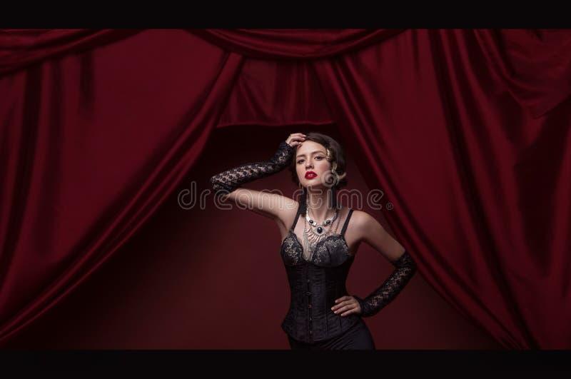 De mannequin met heldere make-up en kleurrijk schittert en fonkelingen op haar gezicht en lichaam royalty-vrije stock foto