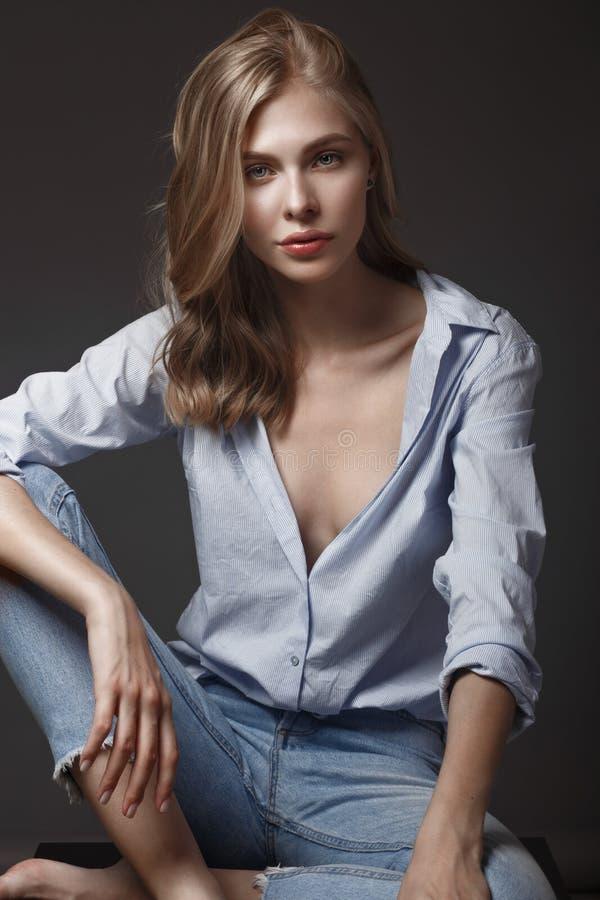De mannequin met lang haar, perfecte huid stelt in studio voor de fotospruit die van de glamourtest verschillend stelt tonen royalty-vrije stock afbeelding