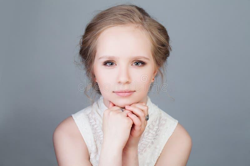 De Mannequin van het blondemeisje Jonge schoonheid royalty-vrije stock foto's