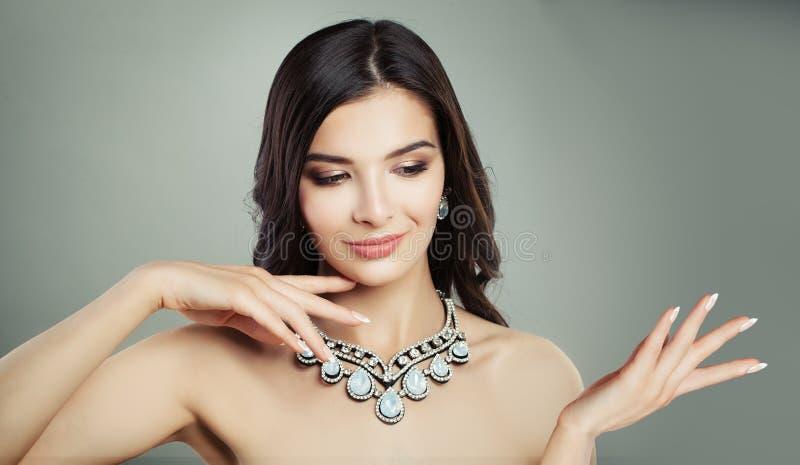 De mannequinvrouw die van Nice emty exemplaarruimte tonen royalty-vrije stock afbeeldingen