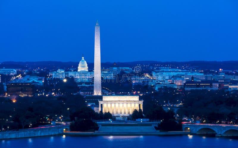26 DE MARÇO DE 2018 - ARLINGTON, VA - LAVAGEM D C - Vista aérea de Washington D C da parte superior da cidade América, nacional fotografia de stock