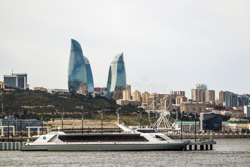 22 de março de 2018 Avenida parlamentar, casa 1A baku azerbaijan Bonito, arranha-céus, construções elegantes que estão em um moun fotos de stock