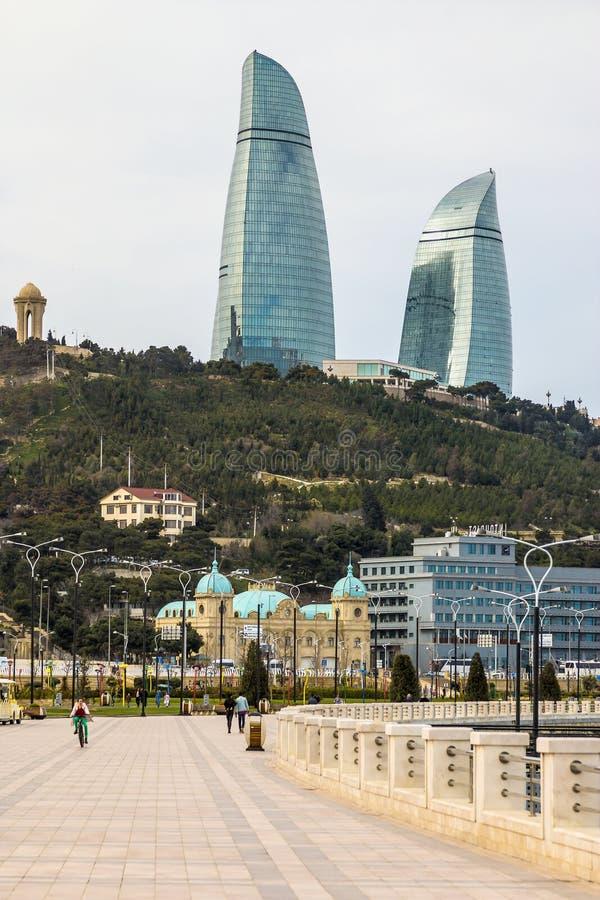22 de março de 2018 Avenida parlamentar, casa 1A baku azerbaijan Bonito, arranha-céus, construções elegantes que estão em um moun fotos de stock royalty free