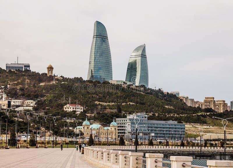 22 de março de 2018 Avenida parlamentar, casa 1A baku azerbaijan Bonito, arranha-céus, construções elegantes que estão em um moun imagem de stock royalty free