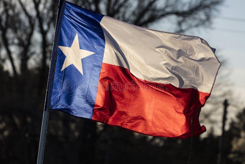 6 de março de 2018 - BANDEIRA do ESTADO de TEXAS - a bandeira de Texas Lone Star está para fora contra um azul sem nuvens Estrela fotografia de stock