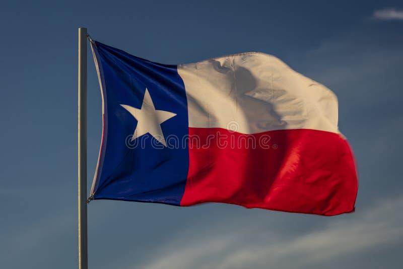 6 de março de 2018 - BANDEIRA do ESTADO de TEXAS - a bandeira de Texas Lone Star está para fora contra um azul sem nuvens Forma,  fotos de stock