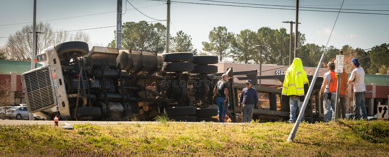 10 de março de 2017: Carrboro, NC EUA - o caminhão de registro virou na estrada foto de stock