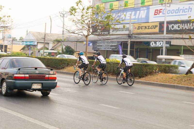 4 de março de 2017 Nonthaburi central, Tailândia hospedou os ciclistas ao longo do copo do ` s do rei Há muitos povos que atender imagens de stock