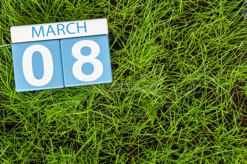 8 de março Dias internacionais felizes do ` s das mulheres Dia 8 do mês, calendário no fundo da grama verde do futebol Espaço vaz imagem de stock royalty free