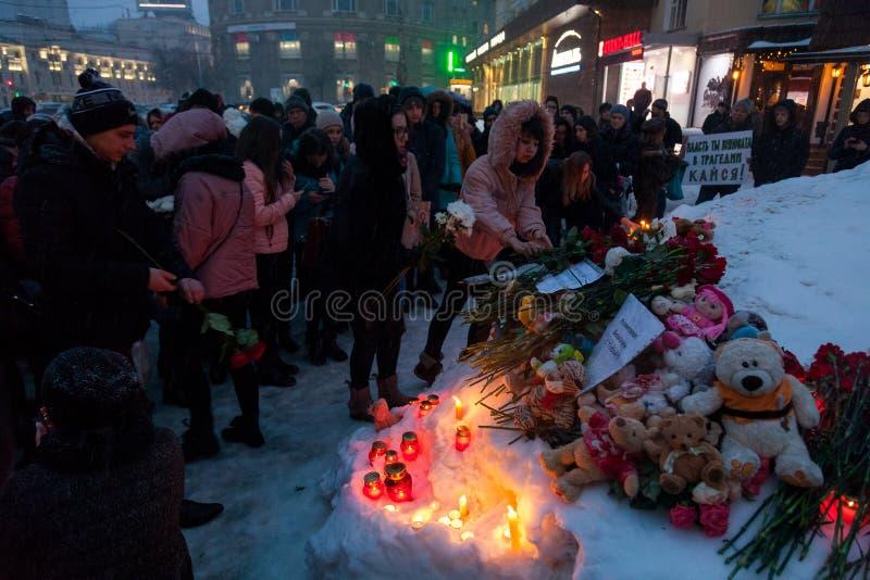 27 de março de 2018, RÚSSIA, VORONEZH: A ação de comemorar as vítimas do fogo no shopping em Kemerovo fotos de stock