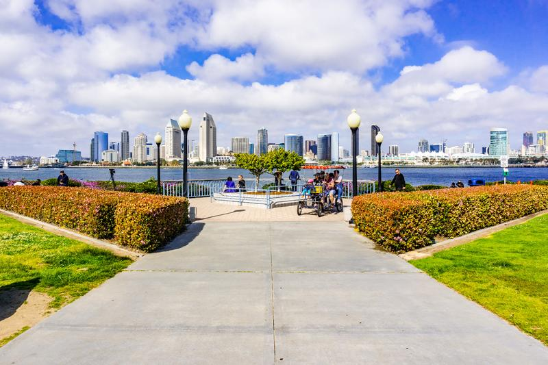 19 de março de 2019 San Diego/CA/EUA - parque pequeno na ilha de Coronado; A baixa de San Diego visível no fundo imagem de stock