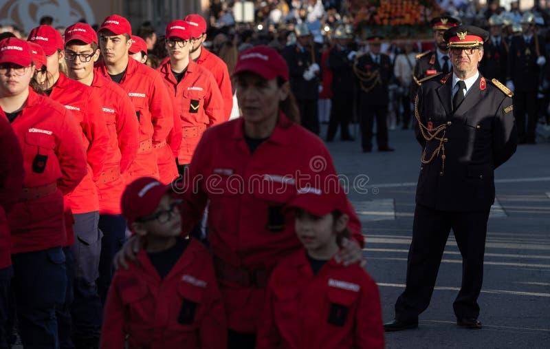 19 de março de 2019 - sapadores-bombeiros portugueses com uniforme durante uma procissão religiosa no dia de pais em Povoa de Lan fotografia de stock royalty free