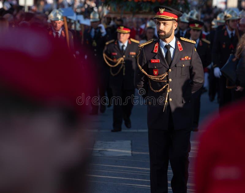 19 de março de 2019 - sapadores-bombeiros portugueses com uniforme durante uma procissão religiosa no dia de pais em Povoa de Lan imagem de stock royalty free