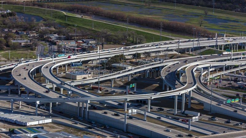5 de março de 2018, SKYLINE TEXAS de DALLAS, opinião Dallas Freeways e tráfego como visto da reunião Metropolita, dia imagens de stock royalty free